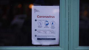 Une affiche d'information dans une école sur le coronavirus à Paris, le 7 mars 2020. (MEHDI TAAMALLAH / NURPHOTO / AFP)