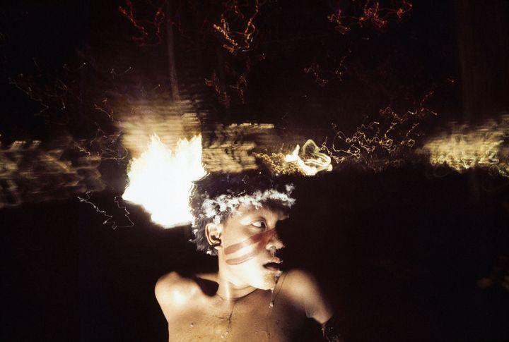 """Antônio Korihana thëri, jeune homme sous l'effet de la poudre hallucinogène yãkoana"", Catrimani, Roraima, 1972-1976. (© Claudia Andujar)"