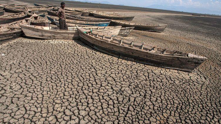 Un jeune homme prèsdu lac Chilwa, le deuxième plus grand du Malawi, le 19 octobre 2018. Le lac connaît des sécheresses fréquentes. (AMOS GUMULIRA / AFP)