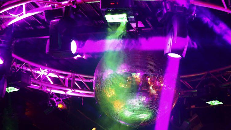 """Une boule à facette dans la boîte de nuit """"Le village"""" à Juan les Pins le 7 juillet 2021. (DYLAN MEIFFRET / MAXPPP)"""