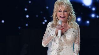 La star de la country Dolly Parton le 10 février 2019 sur scène à Los Angeles. (ROBYN BECK / AFP)