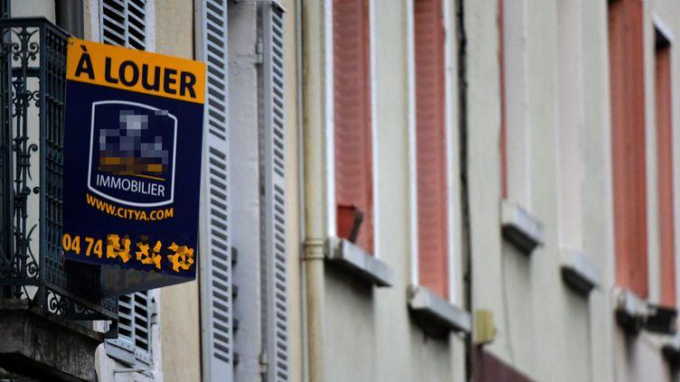 """Un panneau """"A louer"""" dans une rue de Bourg-en-Bresse (Ain), le 16 janvier 2019. (Photo d'illustration) (MAXPPP)"""