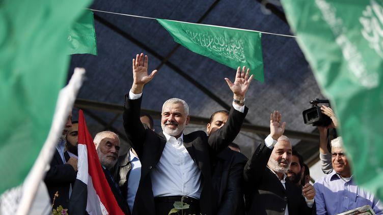 Ismaïl Haniyeh,chef du gouvernement du Hamas à Gaza, salue la foule après la fin du conflit qui a opposé Gaza à Israël, le 22 novembre 2012. (SUHAIB SALEM / REUTERS)