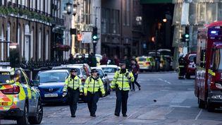 Des policiers britanniques dans une rue du quartier du Borough Market et du London Bridge, le 4 juin 2017 à Londres (Royaume-Uni), au lendemain d'une attaque terroriste. (CHRIS J RATCLIFFE / AFP)