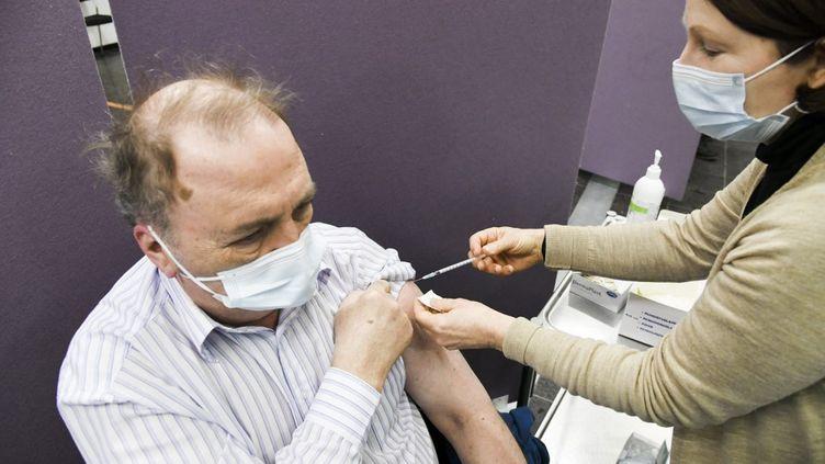 Un Finlandais reçoit une injection du vaccin d'AstraZeneca, le 11 mars 2021 à Vantaa (Finlande). (MARKKU ULANDER / LEHTIKUVA / AFP)