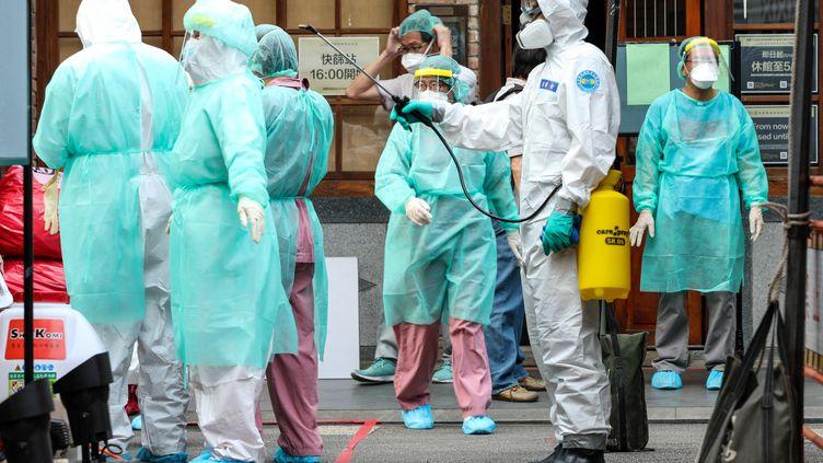 Le personnel médical est désinfecté dans un centre de dépistage du Covid-19 à Taipei (Taïwan), le 15 mai 2021. (JOSE LOPES AMARAL / NURPHOTO / AFP)