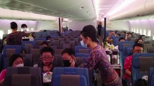La compagnie Singapour Airlines aouvertun restaurant éphémère dans un Airbus A-380 cloué au sol. L'établissement insolite affiche complet et ravit les nostalgiques du voyage. (FRANCE 3)