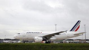 Un avion d'Air France sur le tarmac de l'aéroport de Roissy-Charles-de-Gaulle (Val-d'Oise), le 5 octobre 2015. (KENZO TRIBOUILLARD / AFP)