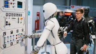 Le robot AILA utilise un exosquelette (ici sur le stand du Centre de recherche allemand sur l'intelligence artificielle). (OLE SPATA / DPA)