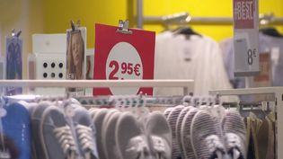Selon le syndicat Force ouvrière, l'enseigne C&A serait sur le point d'annoncer la fermeture de 14 boutiques en France. 120 emplois seraient menacés. (FRANCE 2)