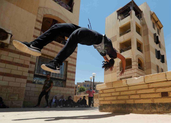 Un salto arrière lors d'une séance de parkour au Caire. (Amr Dalsh /Reuters)