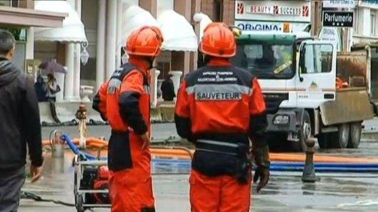 Les services de secours dans la ville de Lourdes (Hautes-Pyrénées), mardi 18 juin 2013. ( FRANCE 3 / FRANCETV INFO)