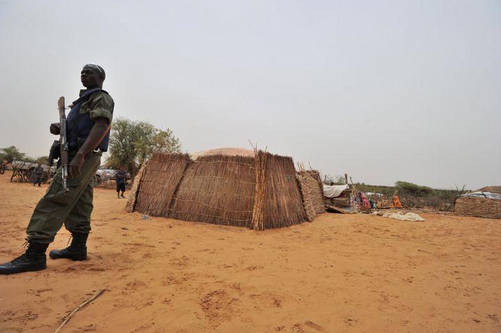Gendarme burkinabè en faction dans un village à 300 km au nord de Ouagadougou, le 12 juin 2012. (ISSOUF SANOGO / AFP)