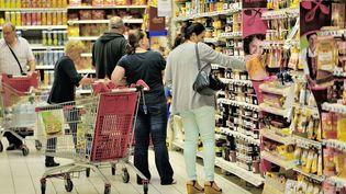 Des gens font leurs courses dans un supermarché à Faches-Thumesnil. (PHILIPPE HUGUEN / AFP)