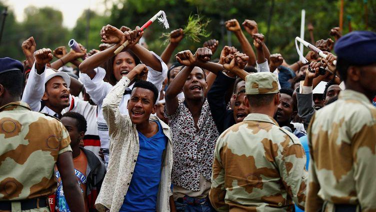 De jeunes Ethiopiens croisent les bras, en signe de protestation, lors d'un festival dans la région d'Oromia, le 2 octobre 2016. (Reuters / Tiksa Negeri)