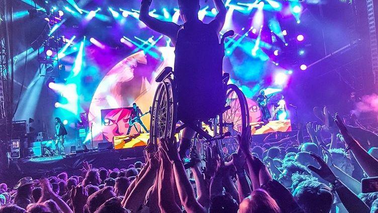 Morgane slamme sur son fauteuil roulant, portée par la foule, pendant le Hellfest, à Clisson (Loire-Atlantique), le 17 juin 2017. (CARO PACAUD)