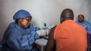 Un homme se fait vacciner contre le virus Ebola à Goma dans la province du Nord-Kivu à l'est de la RDC, en novembre 2019. (PAMELA TULIZO / AFP)