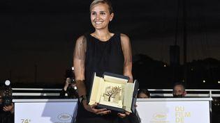 """La réalisatrice Julia Ducournau reçoit la Palme d'Or pour son film """"Titane"""" (JOHN MACDOUGALL / AFP)"""