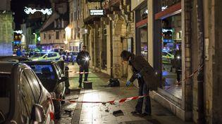 Des policiers collectent des preuves, à Dijon (Côte-d'Or), le 21 décembre 2014. (ARNAUD FINISTRE / AFP)