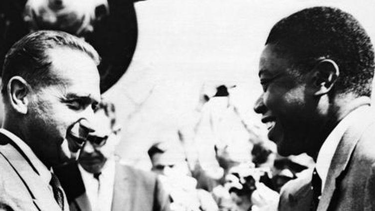 Le secrétaire général de l'ONU, Dag Hammarskjöld (à gauche), avec le leader de la province congolaise du Katanga, Moïse Tshombe, à Elisabethville (aujourd'hui Lubumbashi) le 15 août 1960 (AFP)