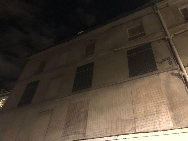Vue de l'immeuble, en novembre 2017, visé par l'assaut du Raid deux ans plus tôt. (SEBASTIEN SABIRON / RADIO FRANCE)