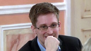 Capture d'écran d'une vidéo présentant Edward Snowden lors d'un dîner à Moscou (Russie), le 9 octobre 2013. (WIKILEAKS / AFP)
