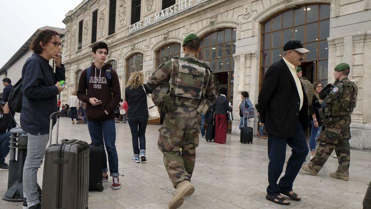 Des militaires patrouillent à la gare Saint-Charles de Marseille, le 2 octobre 2017. (MAXPPP)