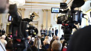 L'annoncedes lauréats des prix Nobel de littérature 2018 et 2019 à l'Académie suédoise de Stockholm (Suède), le 10 octobre 2019. (KARIN WESSLEN / TT NEWS AGENCY / AFP)