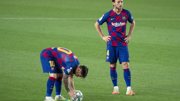 Ivan Rakitic, au second plan, derrière Lionel Messi. (URBANANDSPORT / NURPHOTO)