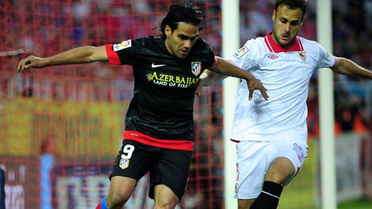 Radamel Falcao a une nouvelle pesé sur la défense du FC Séville.  (CRISTINA QUICLER / AFP)