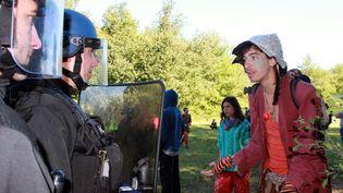 Face à face entre gendarmes et opposants au projet de barrage de Sivens, le 1er septembre 2014, dans la forêt à Lisle-sur-Tarn. (  MAXPPP)