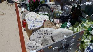 La tombe de Johnny Hallyday décorée de galets au cimetière de Lorient à Saint-Barthélémy, en mai 2018. (JÉRÔME VAL / RADIO FRANCE)