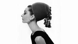 Si la photographie de mode témoigne, à travers l'objectif des plus grands, de l'évolution des canons de beauté et de moeurs de toute une société, elle révèle aussi au grand public les codes de la photographie d'avant-garde.  (Cecil Beaton)
