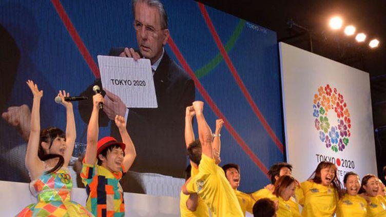 Le bonheur des Japonais à Tokyo, qui ont vécu l'annonce de la victoire de leur ville sur écran géant