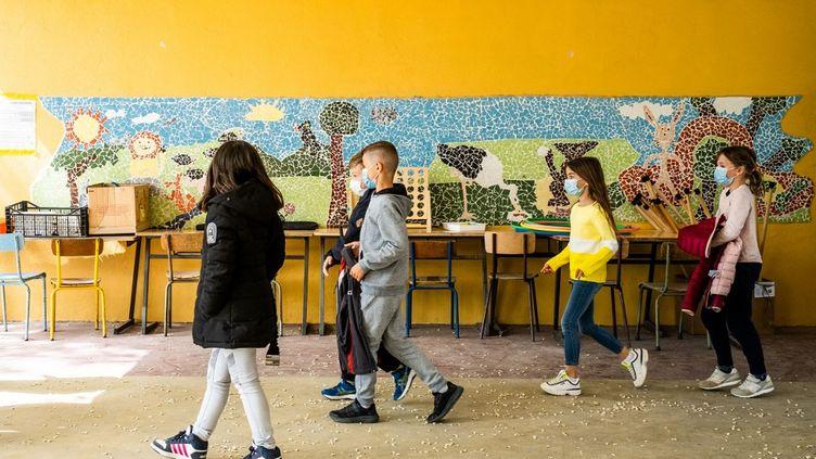Des élèves rentrent à l'école à Elne (Pyrénées-Orientales), le 26 avril 2021. (JC MILHET / HANS LUCAS / AFP)