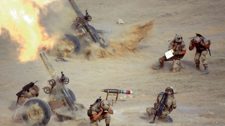 Tirs de mortiers par des soldats français durant l'opération Daguet, début 1991. (ECPAD / Etablissement de Communication et de Production Audiovisuelle de la Défense)