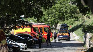 Des gendarmes cherchent un suspect àGréolières (Alpes-Maritimes), le 19 juillet, après que le corps d'une femme a été retrouvé dans le Var. (MAXPPP)
