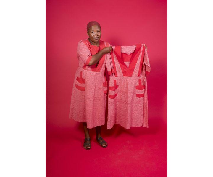 "Senzeni Marasela, ""Waiting for Gebane"", 2013-2019, Installation, 5 robes de coton, dimensions variables, AFRONOVA Gallery, Johannesbourg, Afrique du Sud (© Senzeni Marasela and AFRONOVA GALLERY / Photo Nico Krijno, courtesy The Johannesbourg Pavillion)"