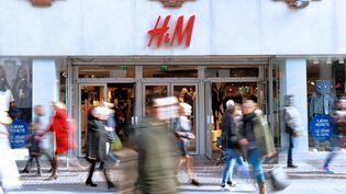 Une enseigne de la marque suédoise de prêt-à-porter H&M à Lille, le 24 février 2014. (PHILIPPE HUGUEN / AFP)