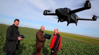 Des viticulteurs de l'Aube (France) et le drone qu'ils utilisent pour l'entretien de leurs vignes (illustration). Le 16 février 2018 (FRANCOIS NASCIMBENI / AFP)