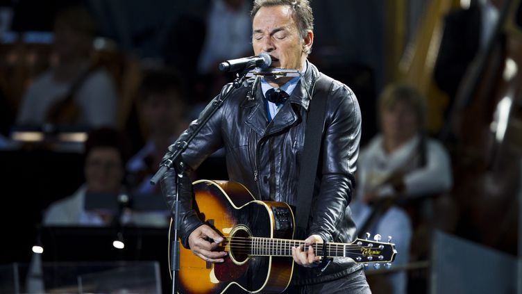 Bruce Springsteensur scène à Oslo (Norvège), le 22 juillet 2012,lors de la cérémonie en hommage aux 77 personnes tuées par AndersBehring Breivik. (VEGARD GROETT / SCANPIX NORWAY / AFP)