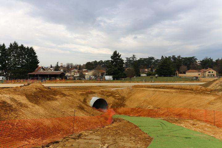 Un passage souterrain a été aménagé sous la route en construction pour permettre aux moutons de Philippe Layat de passer de la bergerie à la pâture, à Décines (Rhône), le 17 février 2015. (BENOIT ZAGDOUN / FRANCETV INFO)