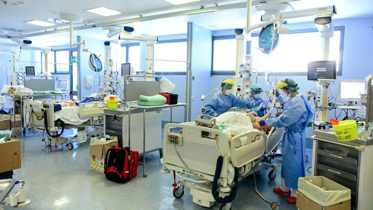 Des soignants prennent en charge un patient infecté par le Covid-19 à l'hôpitalPapa Giovanni XXIII, à Bergame, en Italie, le 3 avril 2020. (PIERO CRUCIATTI / AFP)