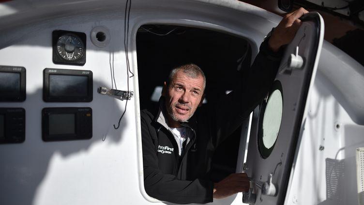 Sébastien Destremau pose à bord de son navire aux Sables-d'Olonne (Vendée), le 3 novembre 2016. (JEAN-SEBASTIEN EVRARD / AFP)