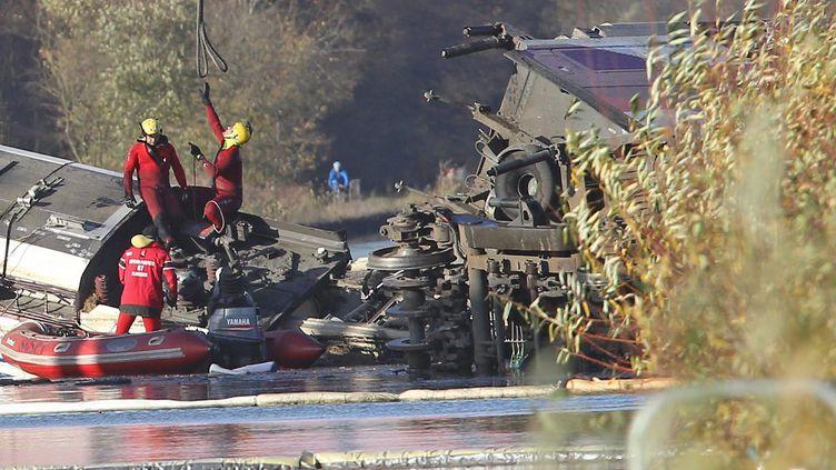 Des opérations de secours sur la rame d'essai accidentée à Eckwersheim, le 15 novembre 2015. (MAXPPP)