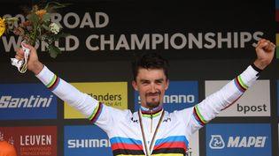 Julian Alaphilippe a gravé son nom dans l'histoire du cyclisme en devenant le seul Français double champion du monde, dimanche 26 septembre 2021. (KENZO TRIBOUILLARD / AFP)