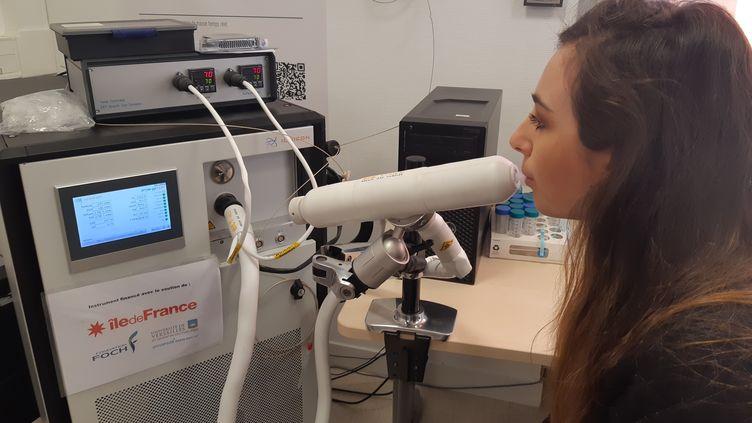 Le spectromètre de masse de l'hôpital Foch de Suresnes (Hauts-de-Seine). Le projet VolatolHome teste cet appareil qui prédira l'efficacité des traitements sur les patients atteints de maladie respiratoire. Le 20 janvier 2020. (SOLENNE LE HEN / FRANCE-INFO)