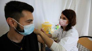 Un jeune homme se fait vacciner à Contes (Alpes-Maritimes), le 11 mai 2021. (MAXPPP)