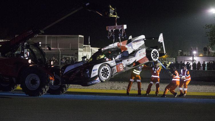 Si cruel... La malédiction poursuit Toyota qui a vu ici son prototype n°9 évacué du circuit après un incendie. Quelques minutes plus tôt, leur n°7 avait déjà abandonné ! (FRANCOIS FLAMAND / DPPI MEDIA)