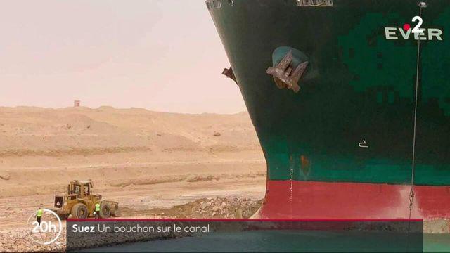 Suez : un porte-conteneur s'échoue et bloque le canal